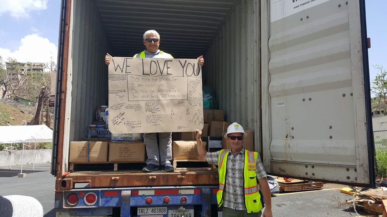 Reboque de alimentos, água e outros materiais para o programa de alívio das Testemunhas de Jeová nas Ilhas Virgens freqüentemente acompanhavam mensagens encorajadoras. Este veio da Geórgia.