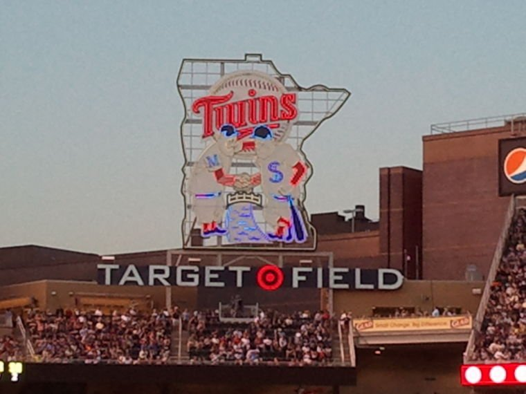 Twins split doubleheader with Indians