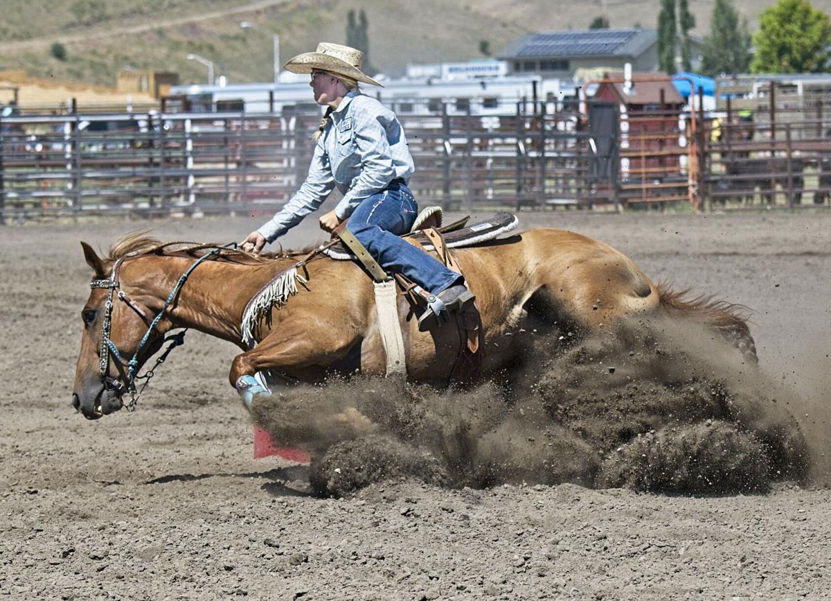 AN 805 Barrel horse goes down 42