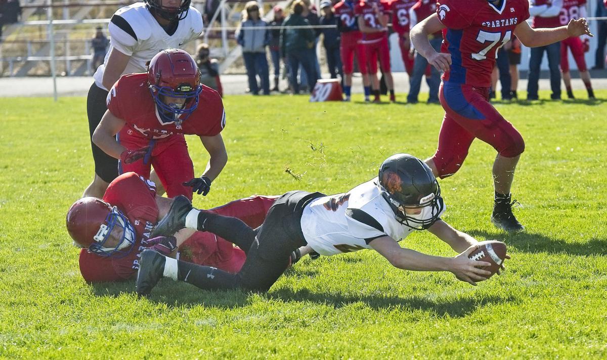 WallowaPineEagle football 14 MoorestretchesP.jpg