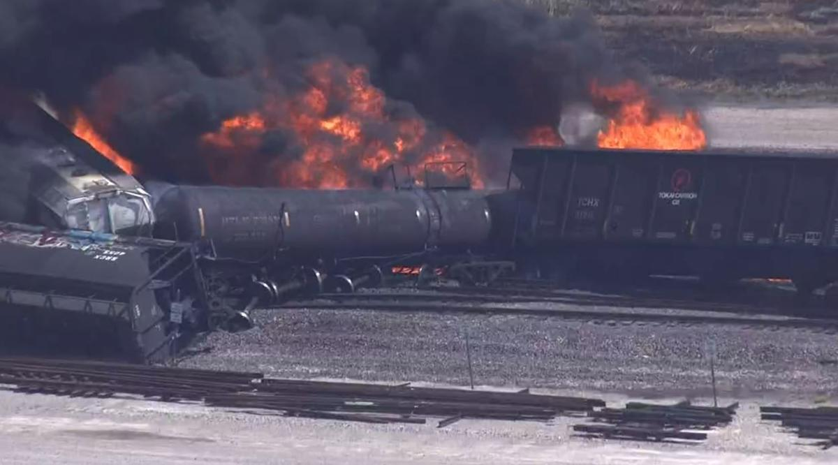 Fire erupts after train derails in Illinois | Top Stories