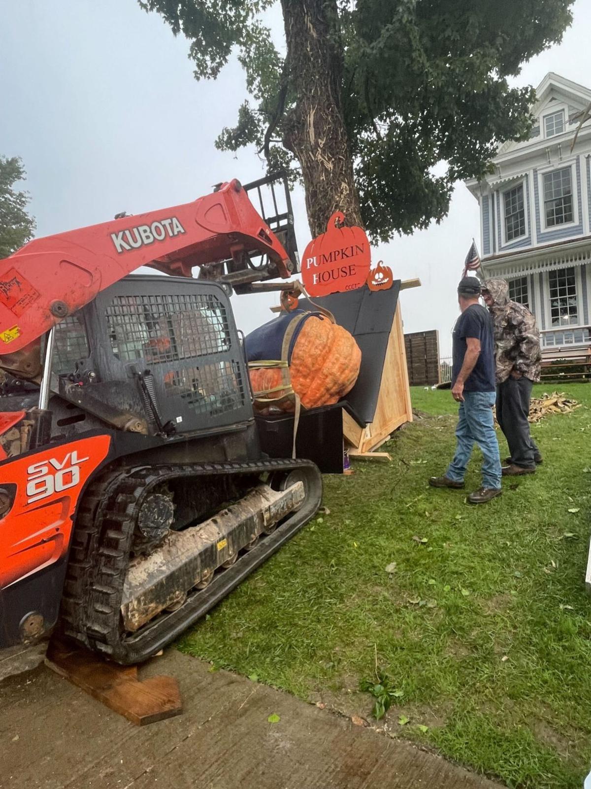 Photo: 20211009-hd-pumpkinhouse Pumpkin House welcomes giant centerpiece?