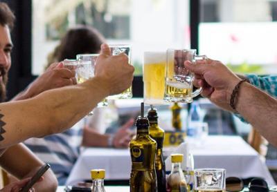 beer drinking, table, beer, bar, restaurant