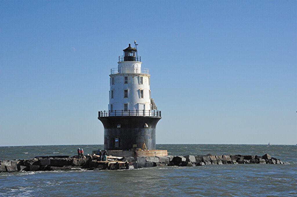 Harbor_of_Refuge_lighthouse_USACE_2011-12-14.jpg