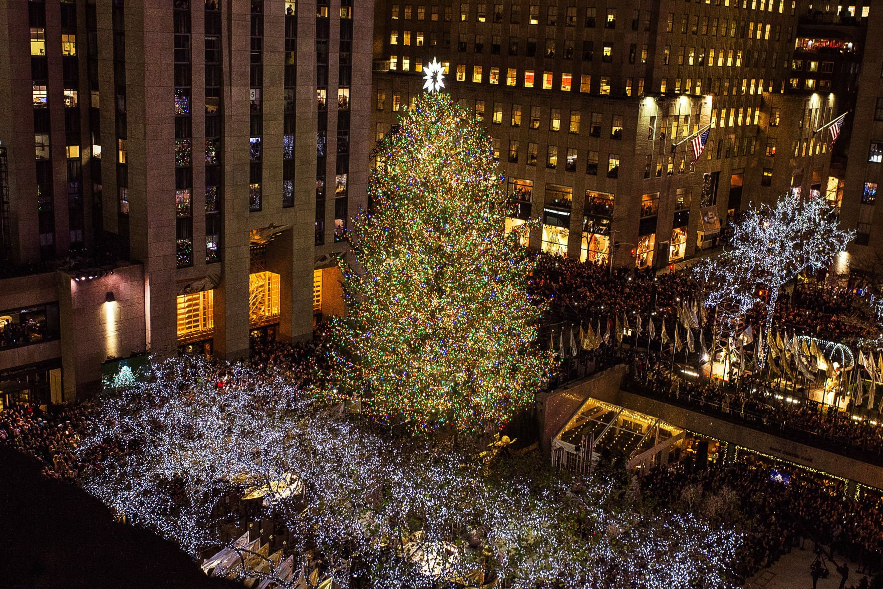 APTOPIX Rockefeller Center Christmas Tree 2017 & Thousands gather for Rockefeller Christmas tree lighting | The ...