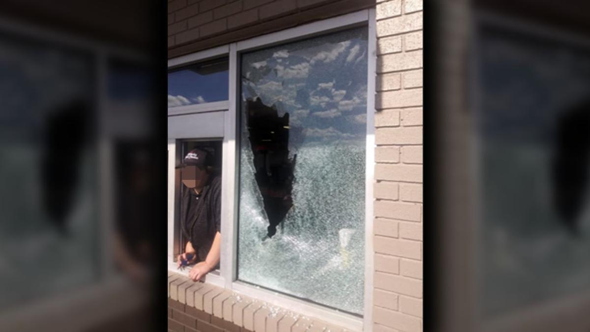 Shelbyville KFC with broken window