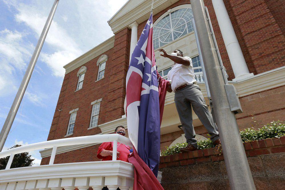 Man takes down Mississippi state flag