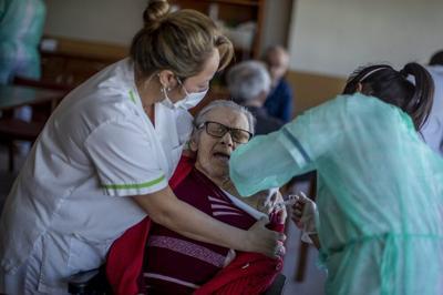 Nursing home resident gets vaccine in Spain