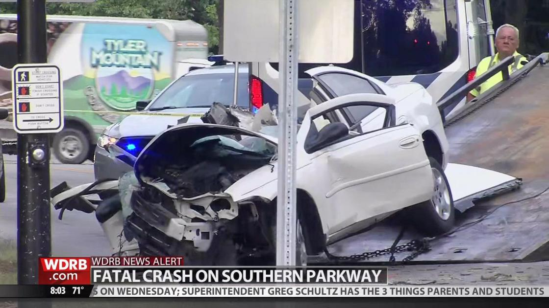 Woman dies after crashing car into tree on Southern Parkway | Wdrb