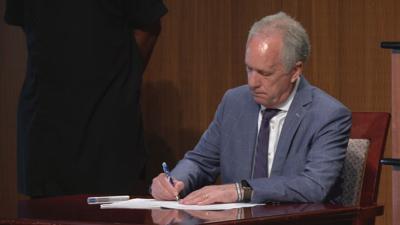 Mayor Fischer signs resolution