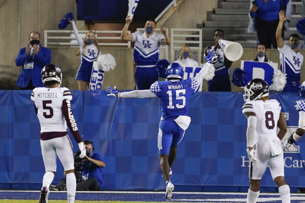 Kentucky linebacker Jordan Wright (15) returns an interception for a touchdown