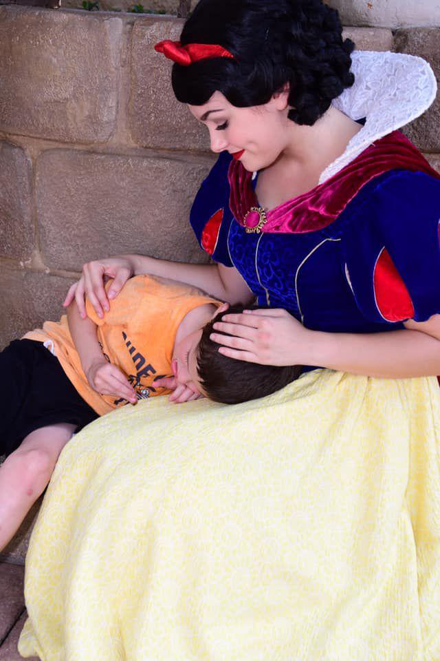Snow White comforts child with autism (Aug. 2019)