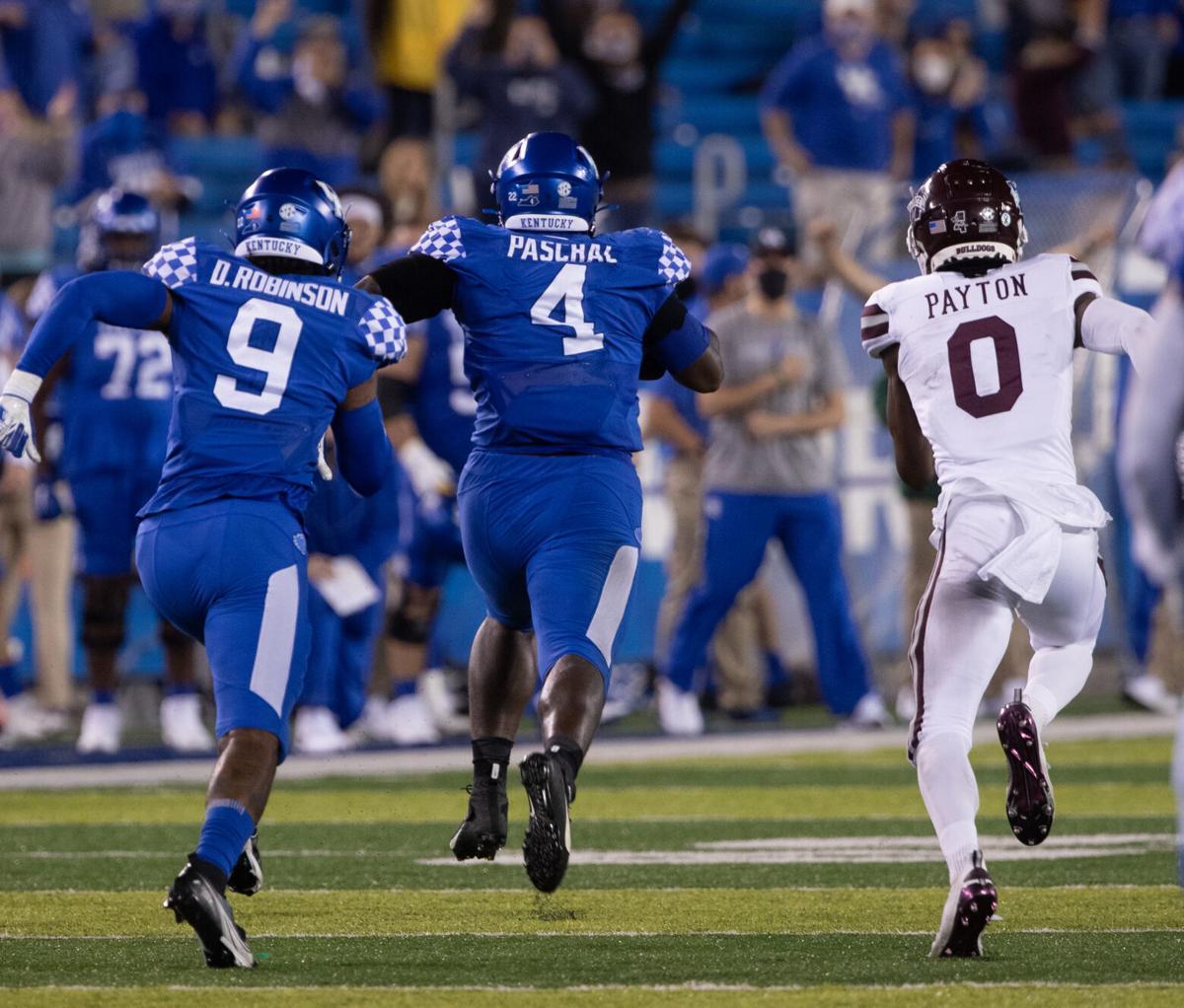 Kentucky Wildcats defensive end Joshua Paschal returns an interception