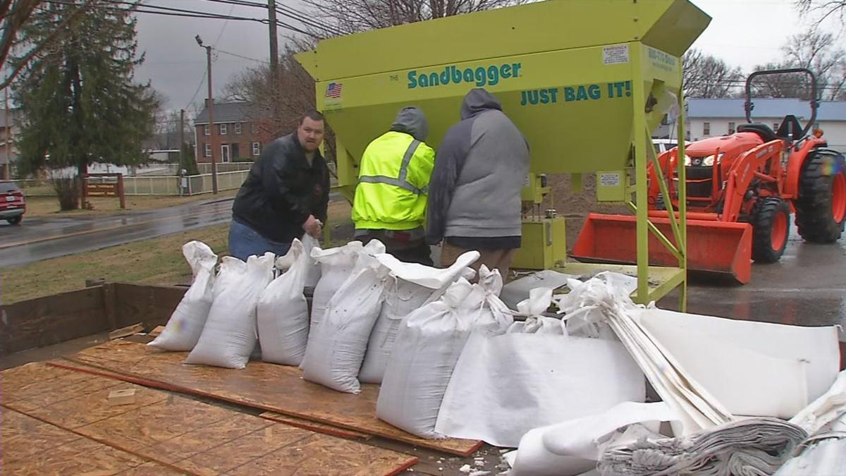 Utica, Ind. officials fill sandbags in wake of flooding 2-11-19