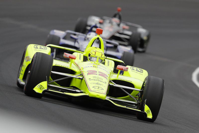 Simon Pagenaud leads a pack through the first turn