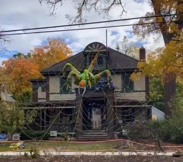 NY Home-Inflatable spider in yard-TikTok.png