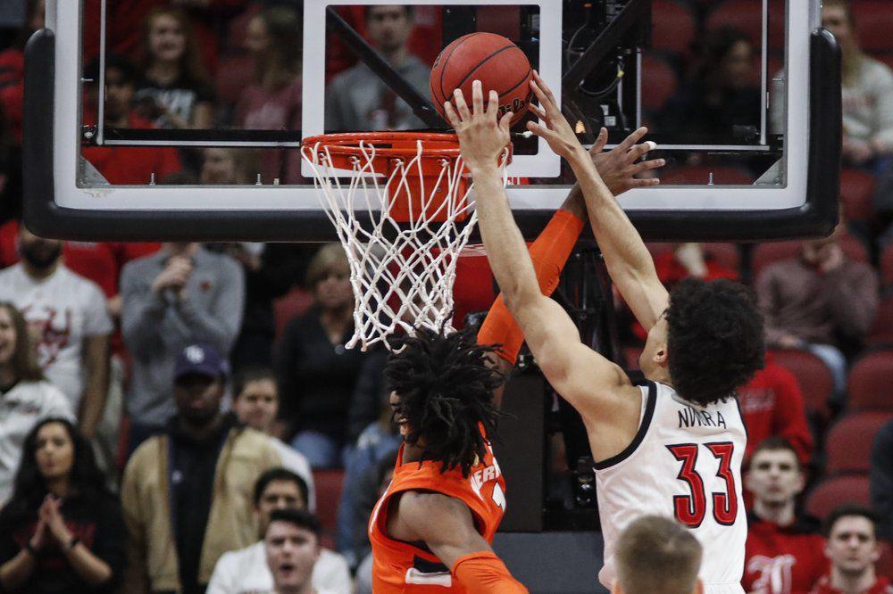 Louisville forward Jordan Nwora (33) goes for a dunk