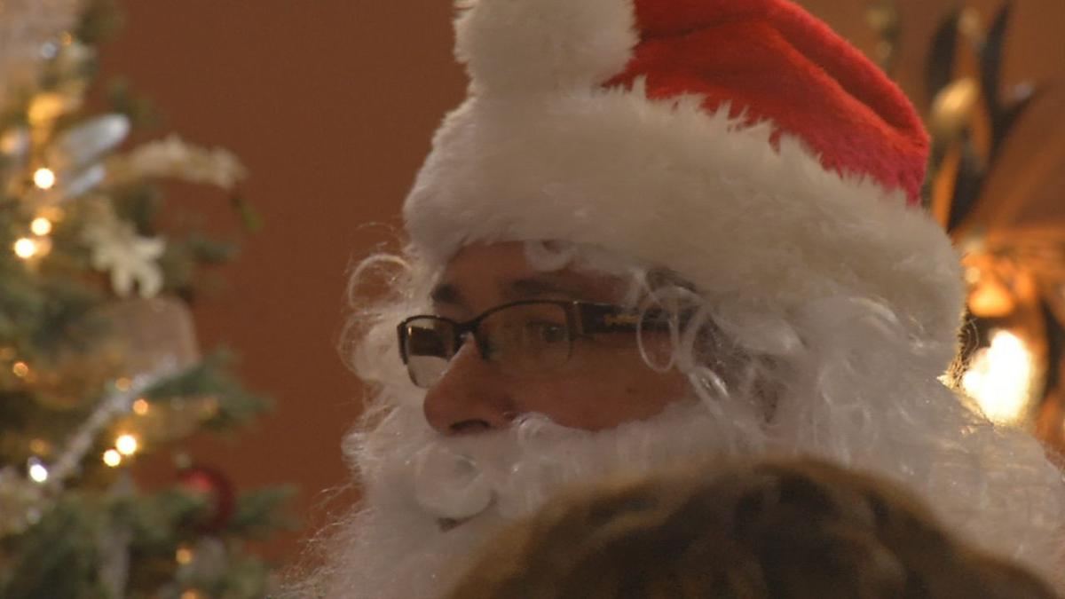 JCPS STUDENTS DELIVER CHRISTMAS CARDS TO SENIOR CITIZENS (2).jpg