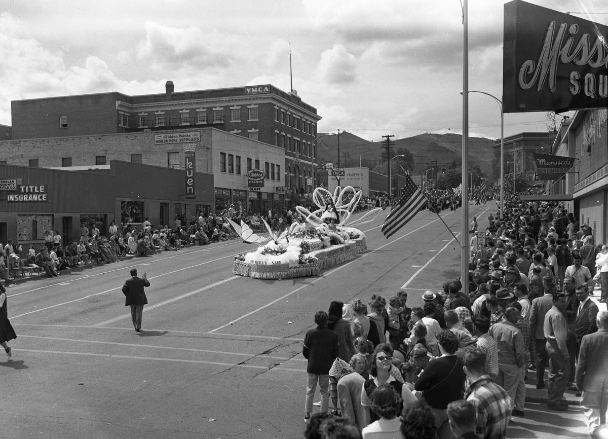 1958-1959: Lodge members feed visitors; art show a success