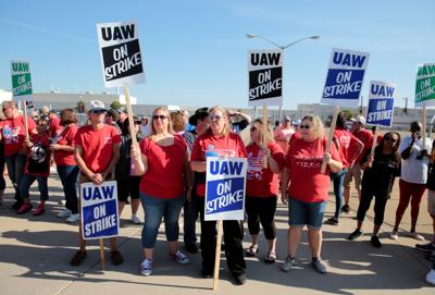 FILE PHOTO: GM assembly workers picket outside shuttered Lordstown Assembly plant during UAW national strike in Lordstown, Ohio