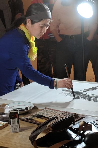 Shujuan Liu painting live (Photo)