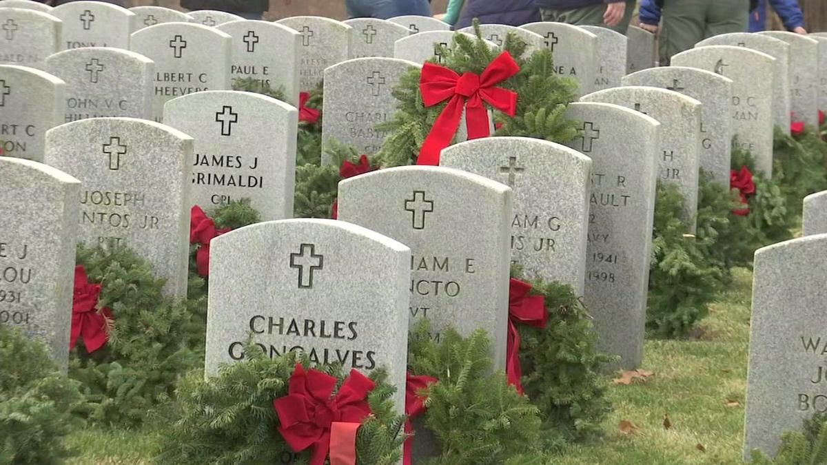 Volunteers lay over 7,000 wreaths at veteran's gravestones
