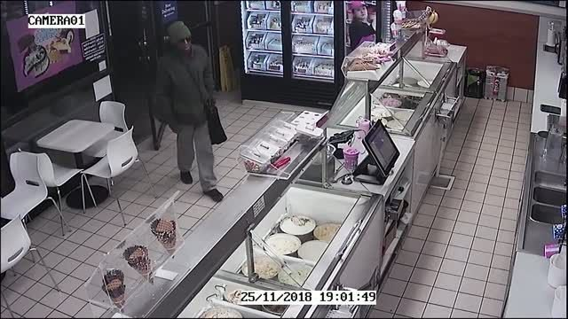 Baskin-Robbins worker fights off armed robber