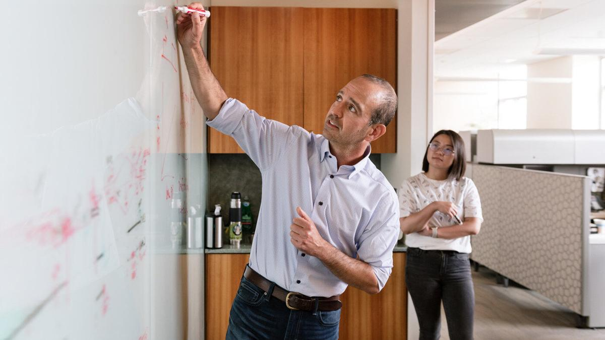 Leor Weinberger (left) and his team discovered a fundamental mechanism that appears to speed the transformation of stem cells into other cell types. Xinyue Chen (right) is one of the authors of the group's new study. Photo: Michael Short/Gladstone Institutes