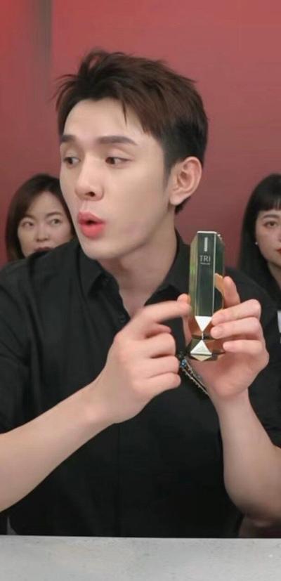 Austin Li promoting Tripollar Stop VX gold during 618 live streaming (PRNewsfoto/Pollogen Ltd.)