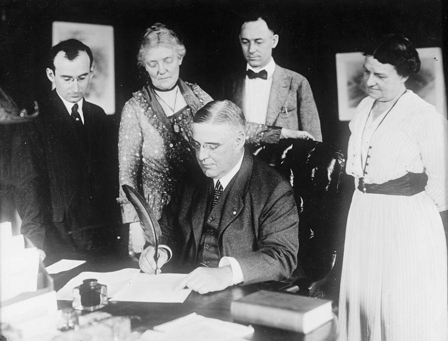 Pennsylvania Gov. Sproul signs suffrage amendment