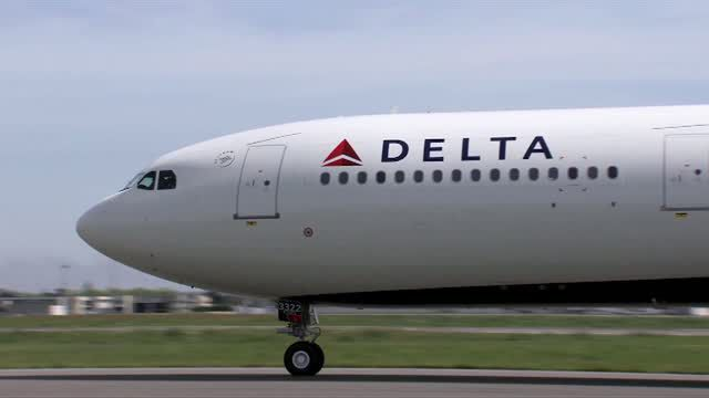 Delta experiencing system outages, passengers can't access boarding passes