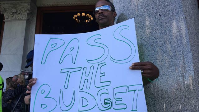 Crowd rallies to encourage lawmakers to pass state budget