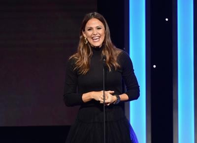 Jennifer Garner shows us all how to properly freak out on a rollercoaster