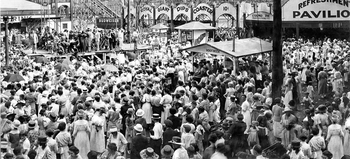 Crowd in Luna Park