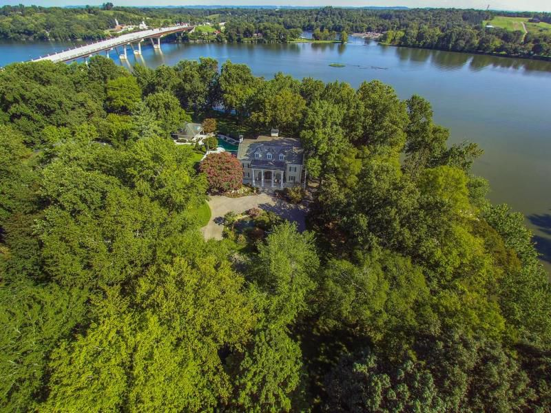 Reba's Starstruck Farm up for sale