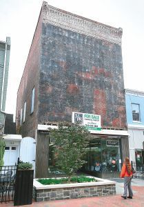 Project reveals original facadeof mall building