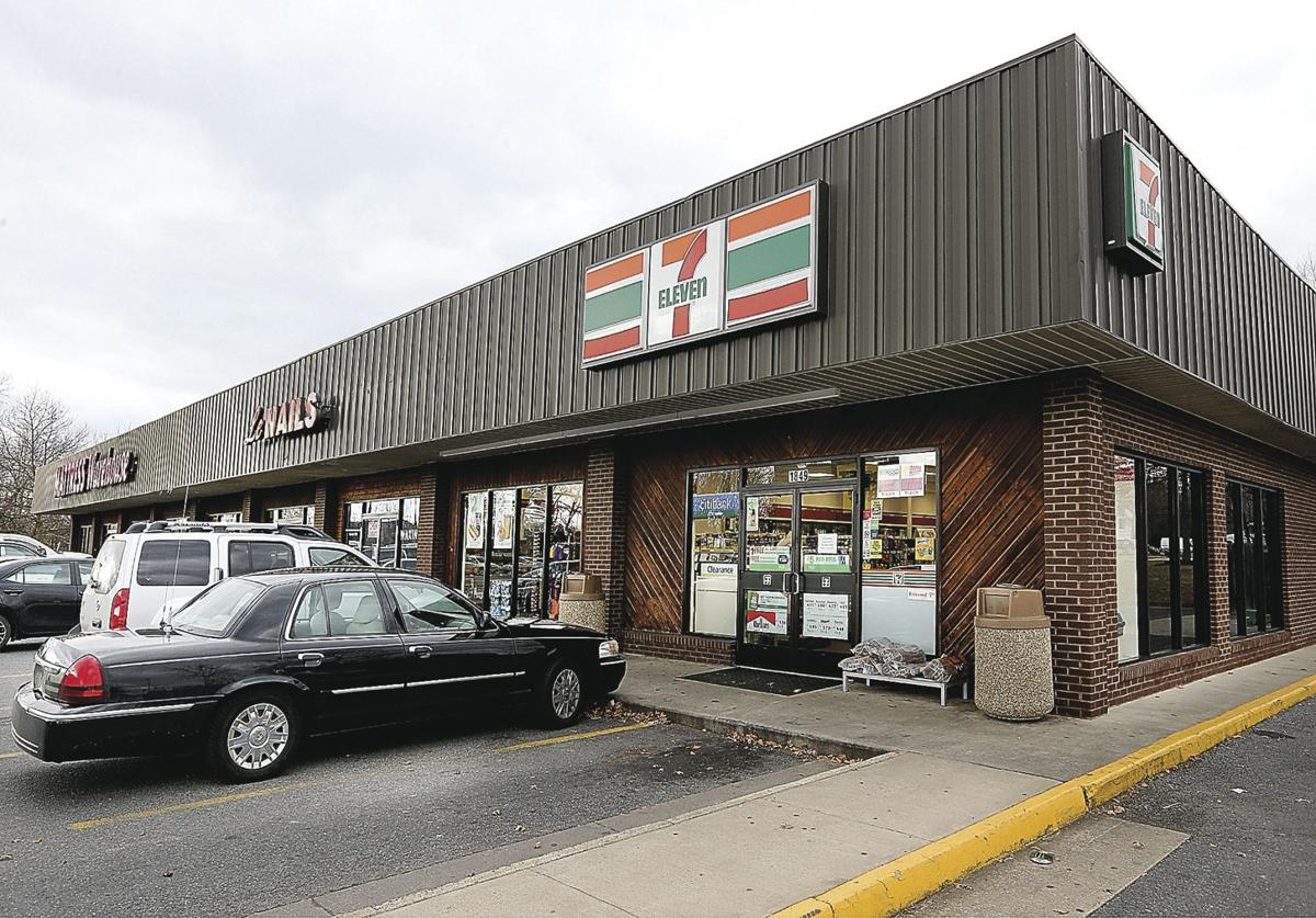 Clerk shoots alleged abductor at 7-Eleven