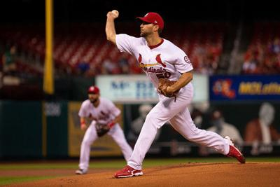Wainwright overcomes 1st-pitch HR, leads Cards over Pirates