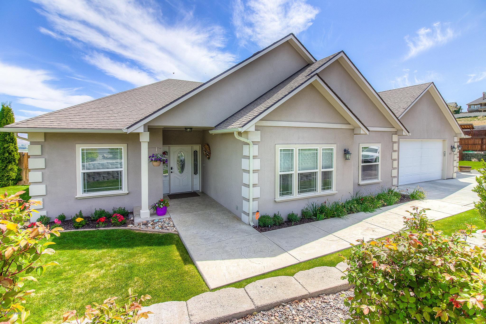 211 Heritage Hills Dr, Selah, WA 98942