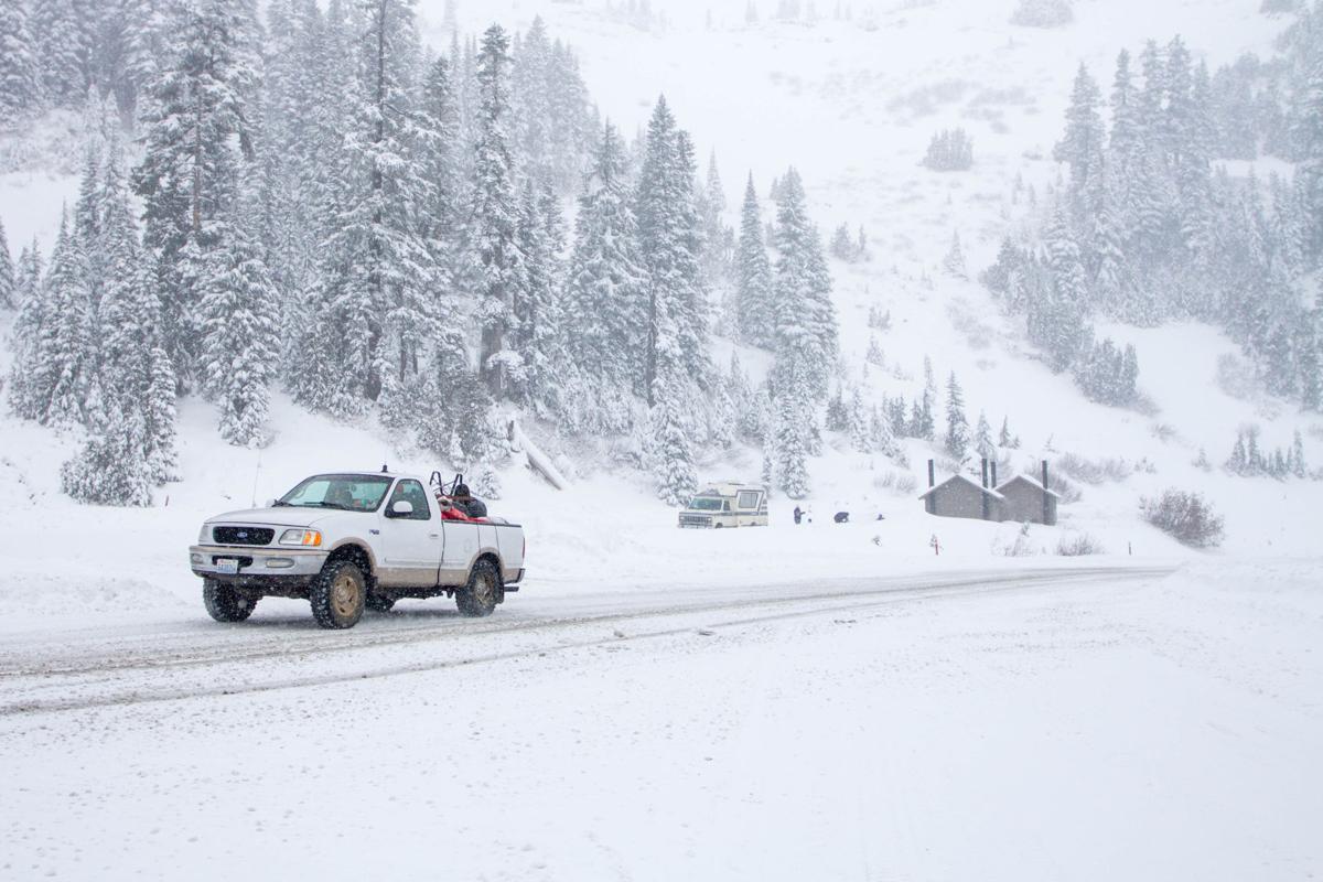 photos snow falling at chinook pass news photos yakimaherald com