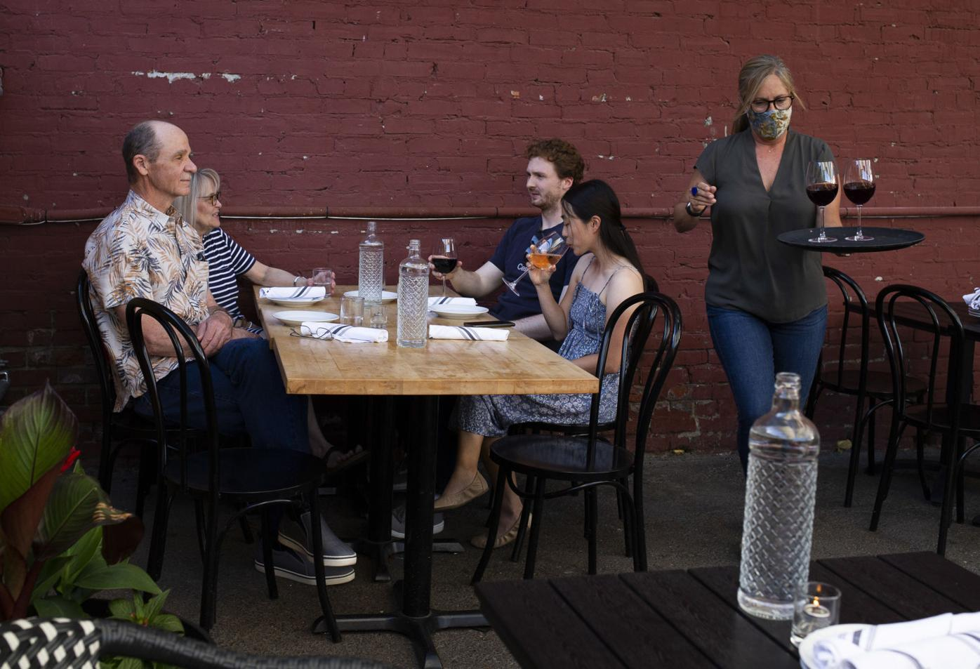 210601-yh-news-restaurantseating-1.jpg