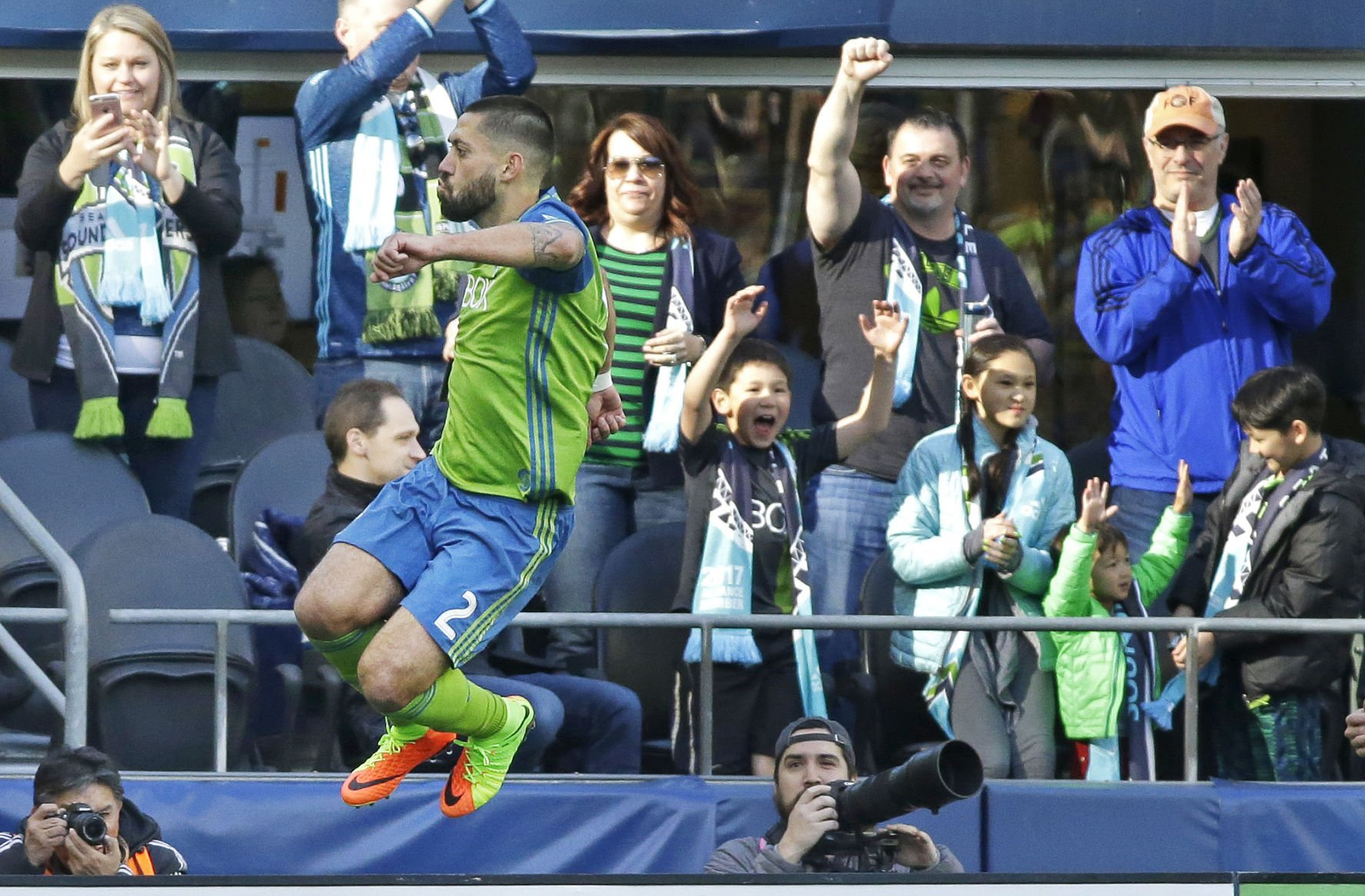 Dempsey powers Sounders to rout of Minnesota United