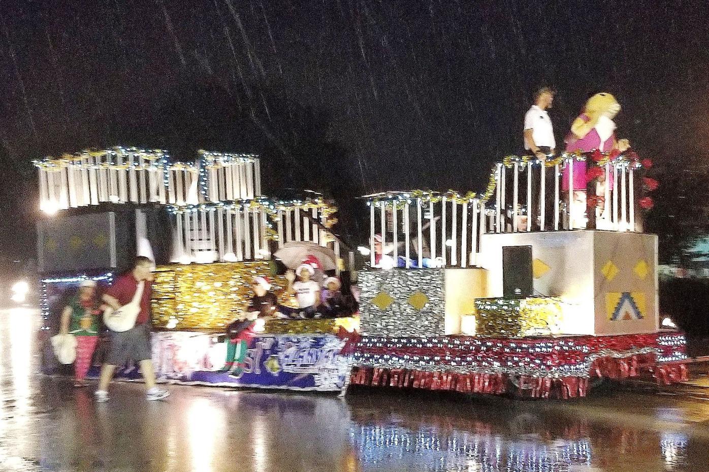 Pace Fl Christmas Parade 2021 Ap Christmas Parade Runs In The Rain News Yoursun Com